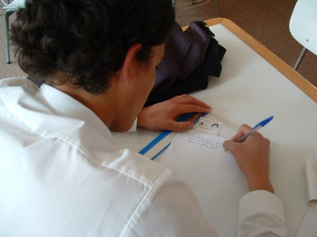 Alumno de colegio internacional rindiendo un examen