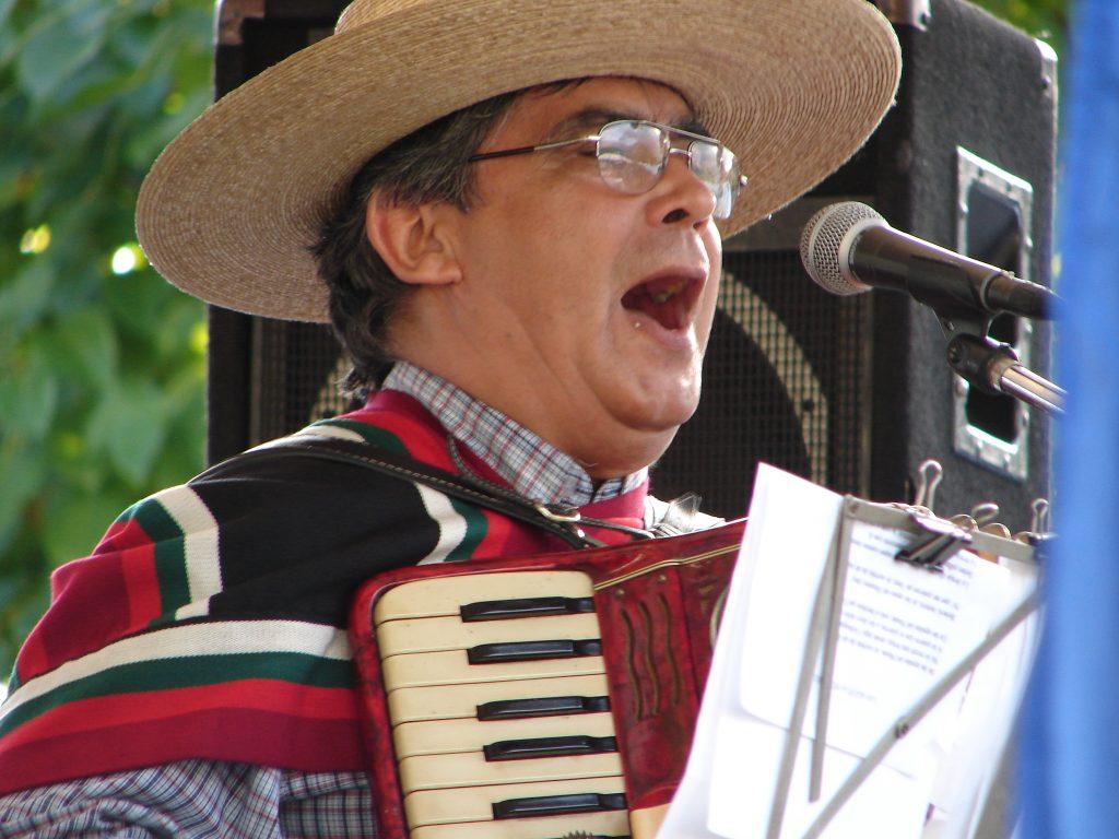 Huaso tocando acordeón, durante las Fiestas Patrias.