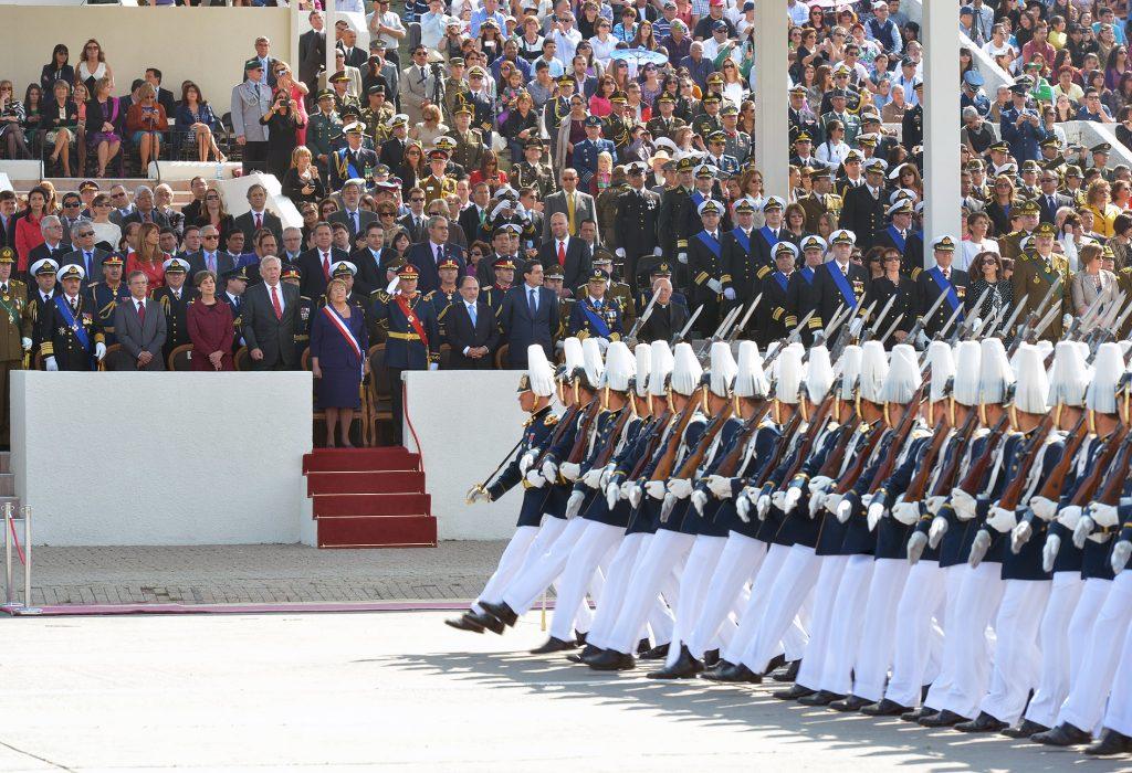 Imagen de las fuerzas armadas desfilando para Fiestas Patrias, en Parque O'Higgins, frente a las máximas autoridades de Chile.