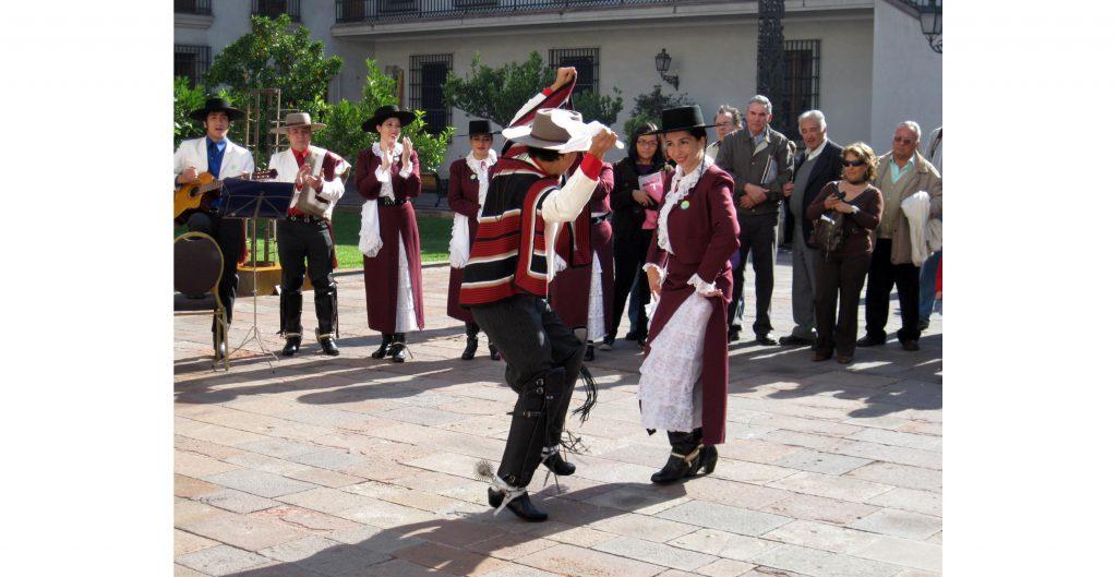 Imagen de pareja bailando cueca para las fiestas patrias.