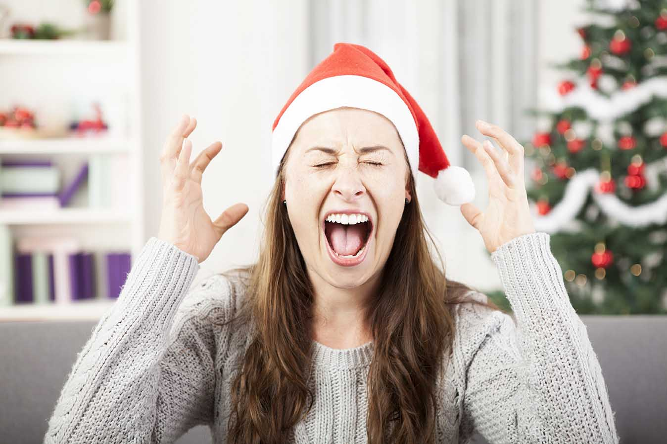Mujer estresada por la Navidad y la mudanza internacional