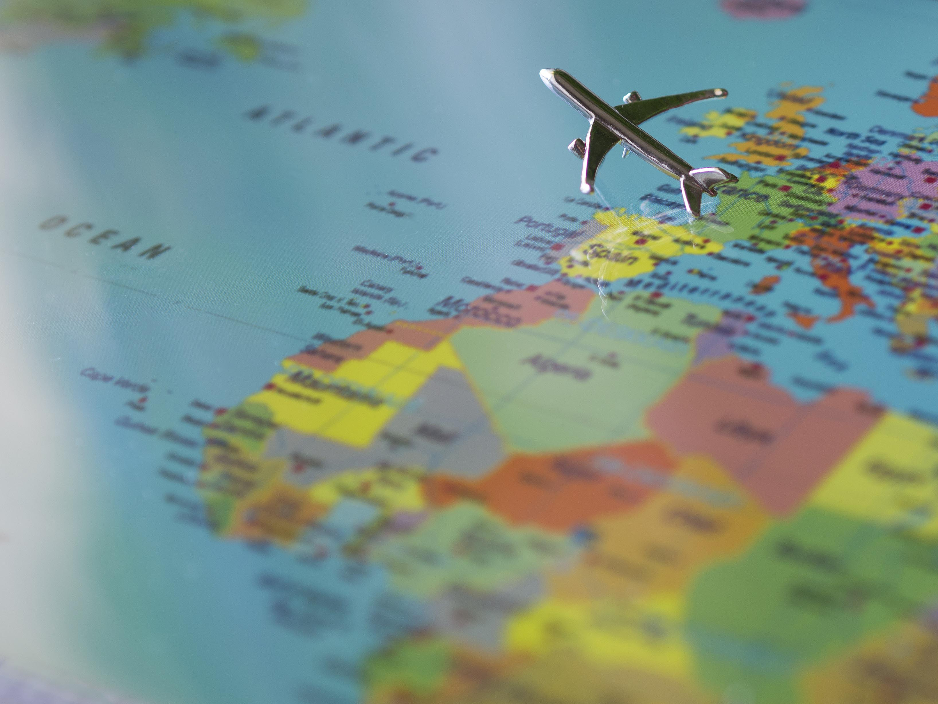 Mapa con avion que lleva una mudanza internacional
