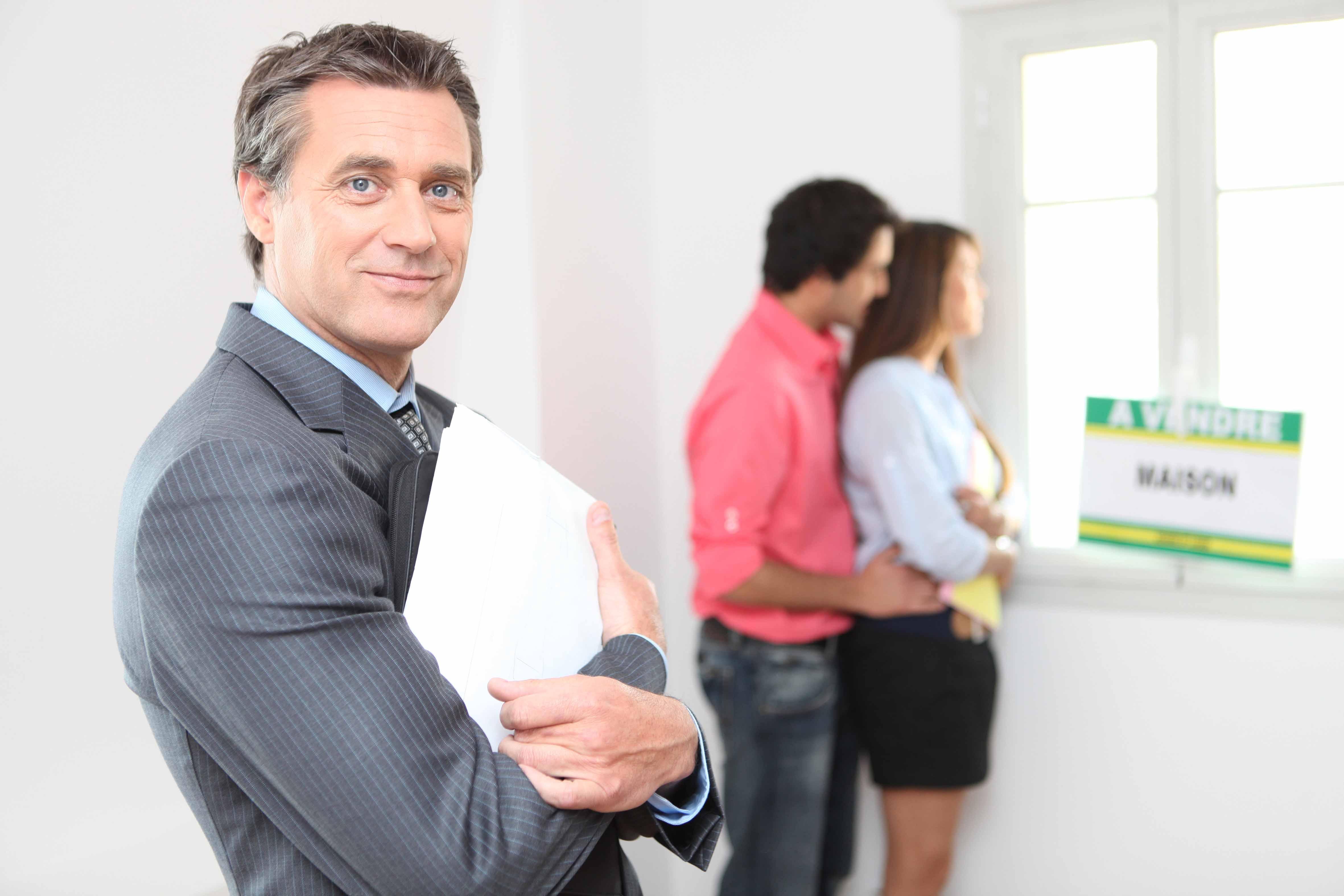 Extranjeros viendo un departamento para arrendar