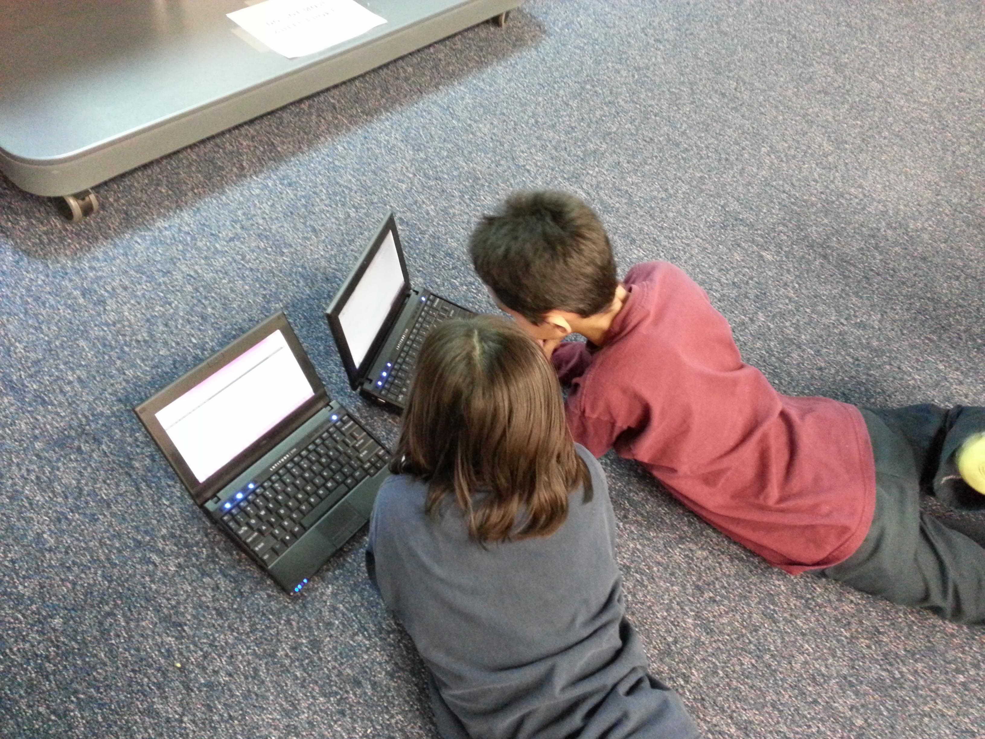 Niños en verano aburridos usando el computador