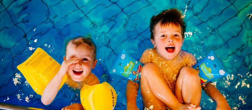 NIños en la piscina en talleres de verano