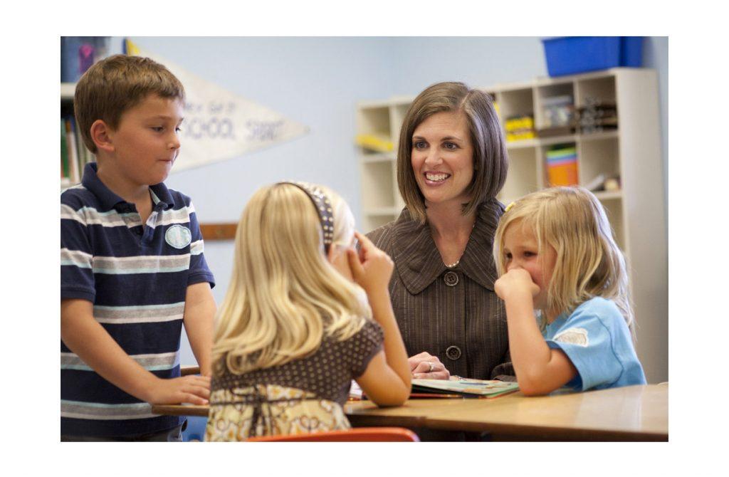 Terapeutas con niños en una sala