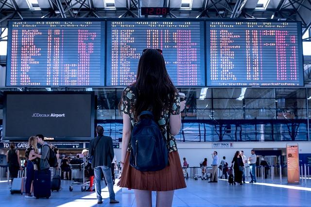 Mujer en el aeropuerto viviendo el choque cultural